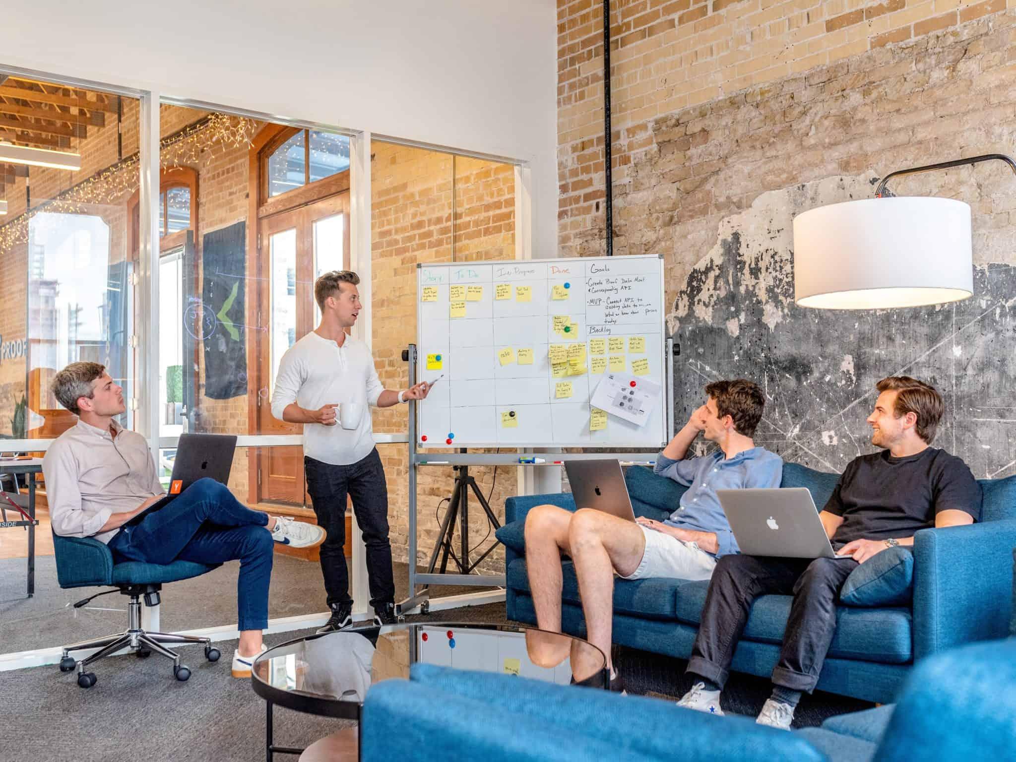 Führung, Teamleiter erklärt dem Team seine Vision
